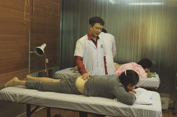 Lương y Tuấn trực tiếp thăm khám, xác định bệnh tình và kê liệu trình phù hợp nhất