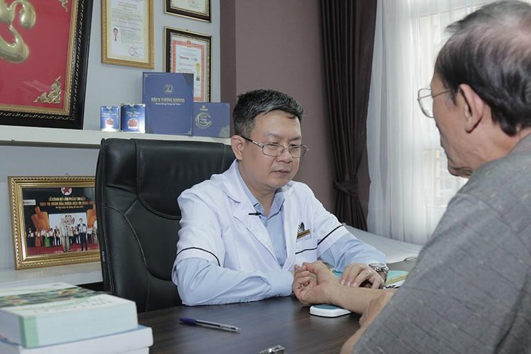 Lương y Đỗ Minh Tuấn trực tiếp khám và điều trị thoát vị đĩa đệm cho nghệ sĩ Văn Báu